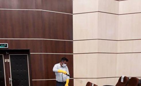 عملیات ضد عفونی در سالن همایش آموزشی دهیاران